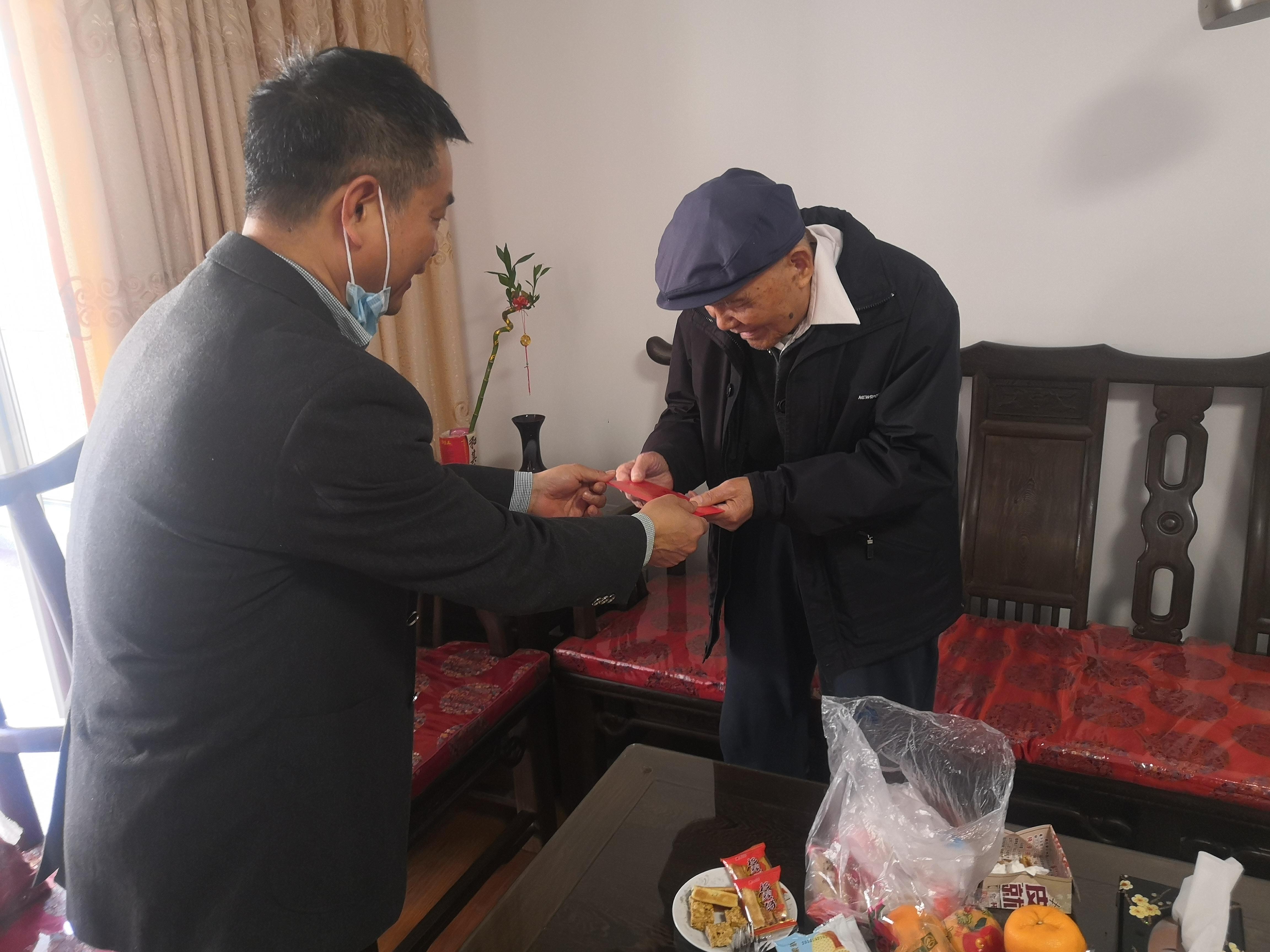 漳州:市气象局领导班子成员走访慰问离退休老干部